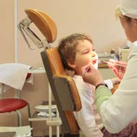 Stomatologist treats to child teeth